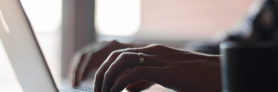 hand-laptop